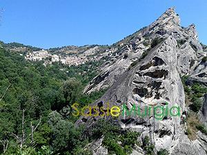 Sei-su-immagine-raffigurante-scorcio-dolomiti-lucane-nei-pressi-di-castelmezzano
