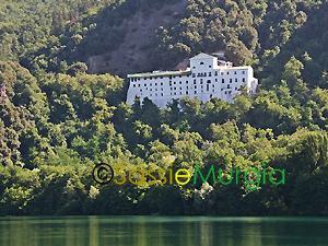 Sei-su-immagine-raffigurante-Abbazia-di-San-Michele-Arcangelo-presso-laghi-di-monticchio