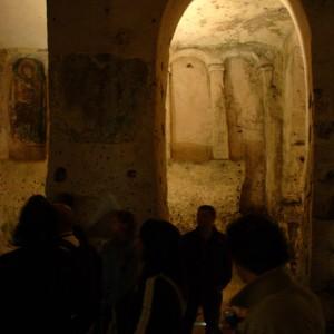 sei-su-immagine-raffigurante-alcuni-Escursionisti-in-visita-alla-cripta-di-Santa-Lucia-alle-Malve-nel-sasso-caveoso