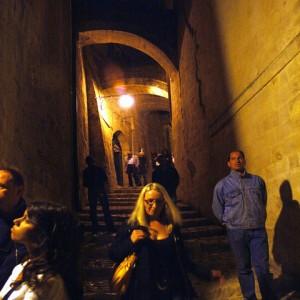 sei-su-immagine-raffigurante-un-gruppo-di-escursionisti-discendono-via-san-potito-diretti-in-piazza-san-pietro-caveosoveduta-del-sasso-barisano-e-cattedrale-di-matera