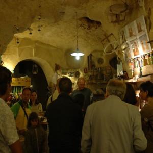 sei-su-immagine-raffigurante-un-gruppo-di-escursionisti-entrano-nella-bottega-artigiana-di-Mario-daddiego