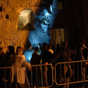 sei-su-immagine-raffigurante-un-gruppo-di-visitatori-in-fila-per-entrare-in-chiesa-rupestre