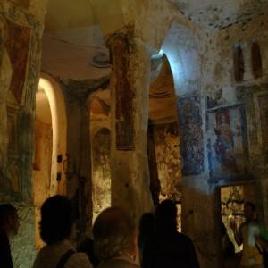 sei-su-immagine-raffigurante-un-gruppo-di-escursionisti-in-visita-alla-Cripta-di-Santa-Lucia-alle-Malve-interamente-scavata-nella-roccia-calcarea