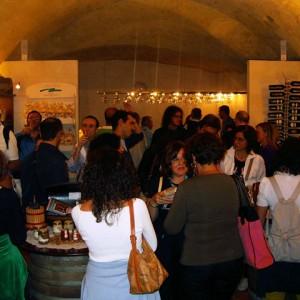 sei-su-immagine-raffigurante-un-gruppo-di-visitatori-assaggiano-cibi-tipici-locali