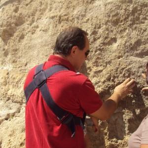 sei-su-immagine-raffigurante-Mirko-mencacci-mentre-tocca-la-calcarenite-nei-sassi
