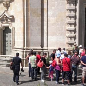 sei-su-immagine-raffigurante-il-gruppo-In-visita-alla-Chiesa-del-Purgatorio