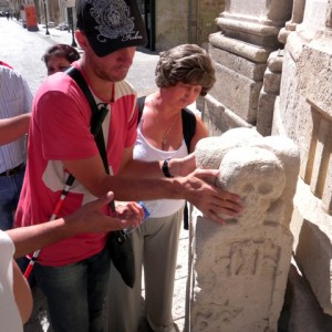 sei-su-immagine-raffigurante-due-ciechi-che-toccano-una-scultura-ai-piedi-del-portale-della-chiesa-del-purgatorio