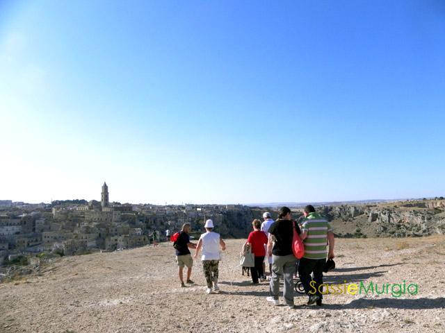 sei-su-immagine-raffigurante-il-gruppo-in-cammino-verso-il-Belvedere-di-murgia-timone