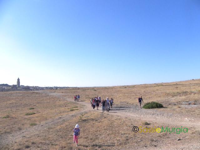 sei-su-immagine-raffigurante-il-gruppo-mentre-passeggia-sui-sentieri-del-Belvedere-sui-Sassi