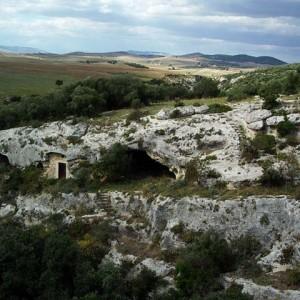sei-su-immagine-raffigurante-l-insediamento-rupestre-della-madonna-della-loe-lungo-il-vallone-omonimo