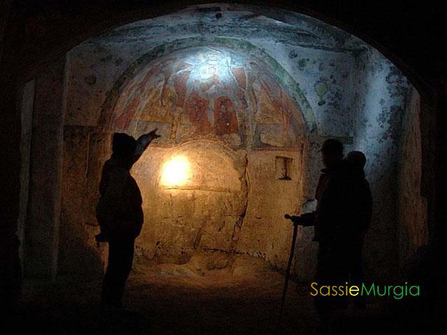 sei-su-immagine-raffigurante-angelo-mentre-spiega-gli-interni-della-chiesa-rupestre-detta-madonna-delle-croci