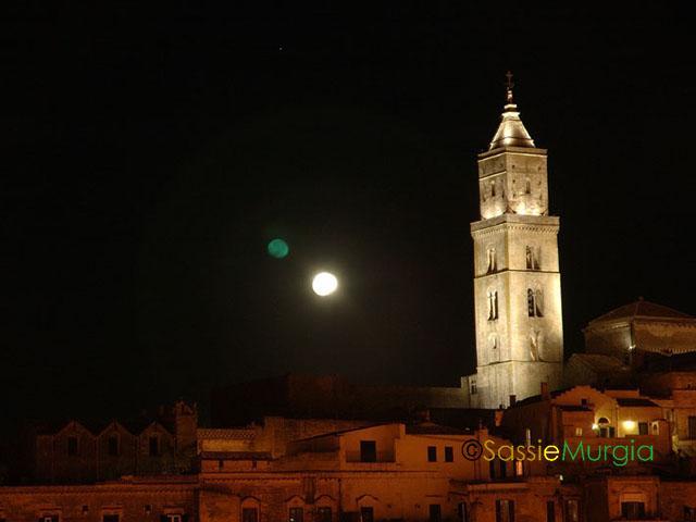 sei-su-immagine-raffigurante-la-cattedrale-di-matera-rischiarata-dalla-luce-della-luna-piena