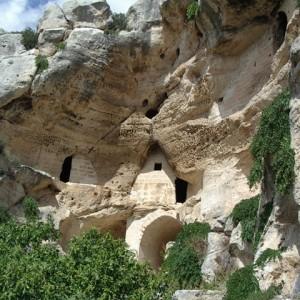 sei-su-immagine-raffigurante-la-chiesa-rupestre-di-san-nicola-all-ofra-scavata-nella-roccia-calcarea-giallastra