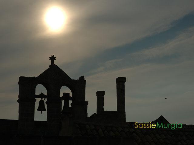 sei-su-immagine-raffigurante-campanile-in-controluce