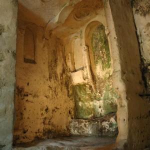 Sei-su-immagine-raffigurante-interno-della-chiesa-rupestre-di-santa-lucia-alle-malve-in-evidenza-archi-e-falsa-cupola-scavati-nella-roccia