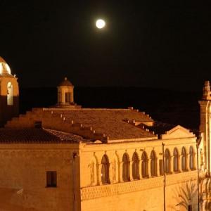 sei-su-immagine-raffigurante-chiesa-e-convento-di-sant-agostino-rischiarati-dalla-luce-della-luna-piena