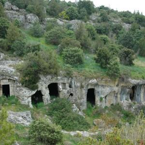 sei-su-immagine-raffigurante-alcune-case-grotta-contigue-del-villaggio-rupestre-detto-saraceno