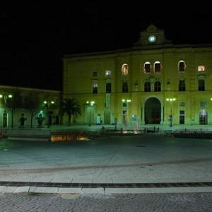 sei-su-immagine-raffigurante-veduta-notturna-della-centralissima-piazza-vittorio-veneto