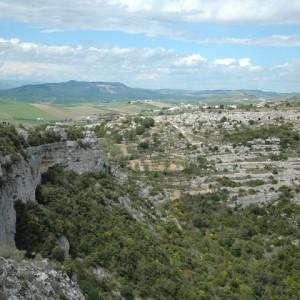 sei-su-immagine-raffigurante-terrazzamenti-ricavati-lungo-i-pendii-scoscesi-e-verdeggianti-della-gravina-di-matera