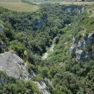 sei-su-immagine-raffigurante-la-scalinata-scavata-nella-roccia-che-conduce-alla-cripta-di-sant-andrea