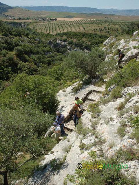 sei-su-immagine-raffigurante-un-gruppo-di-escursionisti-in-marcia-verso-il-torrente-Gravina