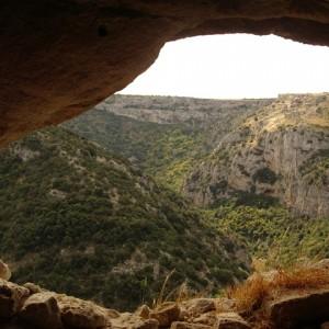 sei-su-immagine-raffigurante-una-scorcio-pittoresco-del-canyon-detto-gravina-visto-dall-interno-di-una-grotta