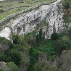 sei-su-immagine-raffigurante-la-scalinata-di-accesso-alla-cripta-del-peccato-originale-sul-bordo-della-gravina-di-picciano