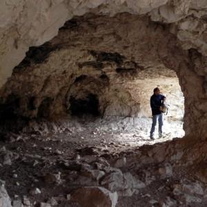 sei-su-immagine-raffigurante-un-momento-dell-esplorazione-di-una-grotta-naturale-sul-fondo-della-gravina-di-picciano