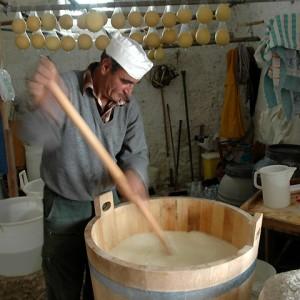 sei-su-immagine-raffigurante-pastore-che-produce-il-formaggio-con-attrezzature-in-legno
