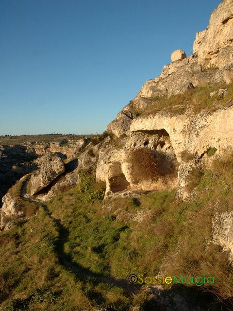 sei-su-immagine-raffigurante-un-sentiero-costeggiante-il-canyon-detto-gravina-di-matera