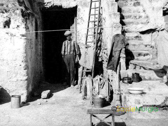 sei-su-immagine-raffigurante-un-anziano-abitante-dei-Sassi-sull-uscio-della-propria-casa-grotta