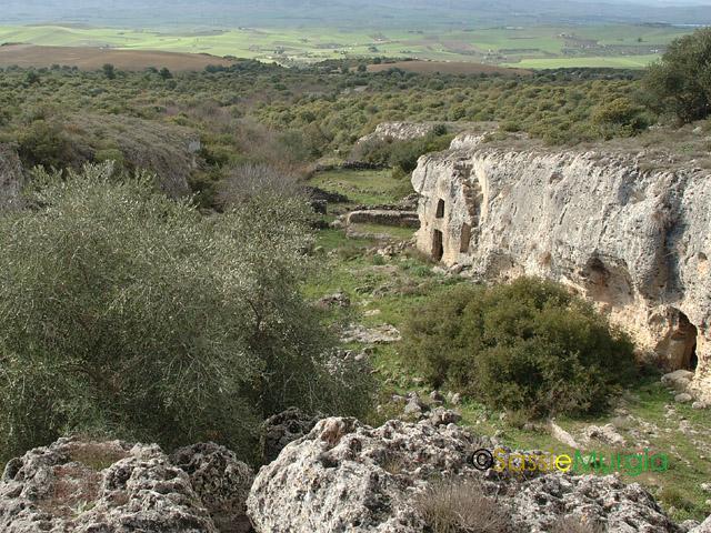 sei-su-immagine-raffigurante-lo-iazzo-nunziatella-completamente-scavato-nella-roccia-calcarea