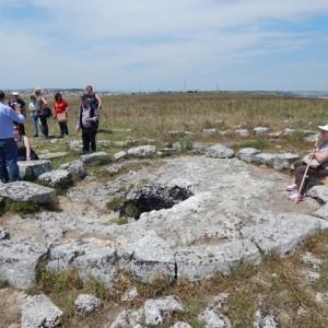 sei-su-immagine-raffigurante-un-gruppo-di-persone-con-disabilità-psichica-visitano-la-tomba-a-ipogeo-nel-villaggio-neolitico-di-murgia-timone
