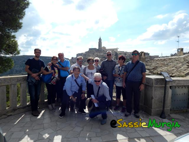 1sei-su-immagine-raffigurante-foto-di-gruppo-con-sfondo-sassi