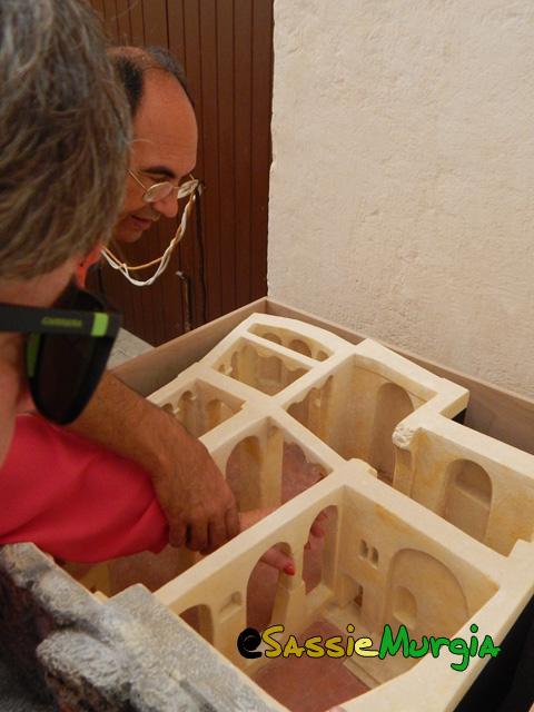 sei-su-immagine-raffigurante-una-cieca-ed-il-marito-ipovedente-esaminano-il-plastico-di-una-chiesa-rupestre