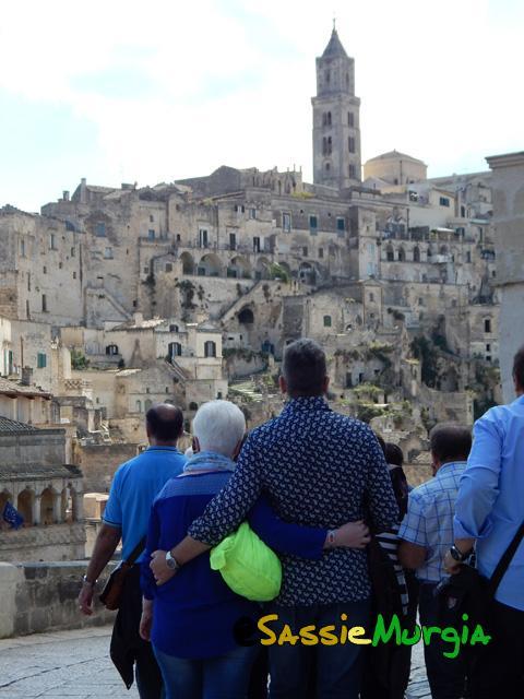 sei-su-immagine-raffigurante-marito-e-moglie-che-si-abbracciano-dinanzi-al-suggestivo-panorama-del-sasso-barisano