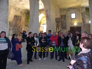 sei-su-immagine-raffigurante-un-momento-della-visita-guidata-nella-chiesa-rupestre-di-santa-lucia-alle-malve-nei-sassi-di-matera