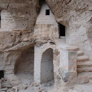 sei-su-immagine-raffigurante-ambienti-ipogei-presso-lo-Iazzo-dell-Ofra-nell-omonimo-villaggio-rupestre