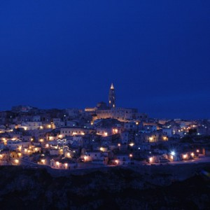 sei-su-immagine-raffigurante-veduta-dei-sassi-e-cattedrale-di-matera-al-calar-della-notte