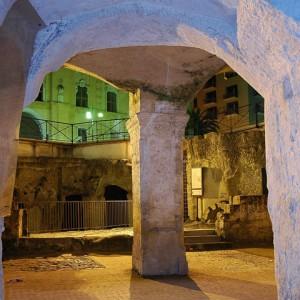 sei-su-immagine-raffigurante-gli-ipogei-di-piazza-Vittorio-Veneto-ed-il-vicino-palazzo-dell-annunziata