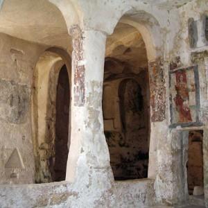 sei-su-immagine-raffigurante-la-navata-destra-della-chiesa-rupestre-di-santa-lucia-alle-malve