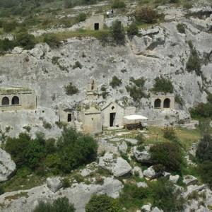 sei-su-immagine-raffigurante-la-suggestiva-chiesa-rupestre-di-Cristo-La-Selva-a-picco-sul-torrente-gravina-di-matera