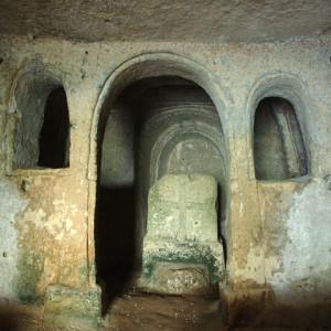 sei-su-immagine-raffigurante-iconostasi-e-altare-della-chiesa-rupestre-di-santa-maria-al-visciolo-anche-detta-di-san-luca
