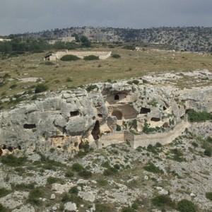 sei-su-immagine-raffigurante-il-villaggio-rupestre-di-san-nicola-all-ofra-interamente-scavato-lungo-il-bordo-del-canyon-chiamato-gravina-di-matera