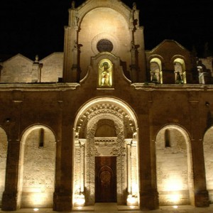 sei-su-immagine-raffigurante-veduta-notturna-della-facciata-della-chiesa-di-San-Giovanni-Battista
