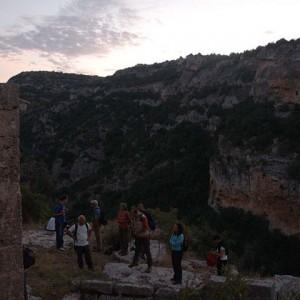 sei-su-immagine-raffigurante-un-gruppo-di-escursionisti-si-godono-i-primi-bagliori-dell-alba-nel-cuore-del-Parco-della-murgia-materana