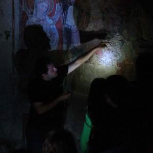 sei-su-immagine-raffigurante-francesco-mentre-spiega-gli-interni-della-chiesa-rupestre-detta-madonna-delle-tre-porte