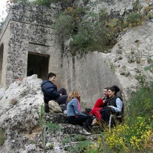sei-su-immagine-raffigurante-escursionisti-in-pausa-chiacchierano-presso-la-chiesa-rupestre-di-cristo-la-selva
