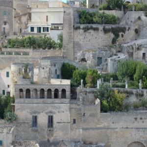 sei-su-immagine-raffigurante-alcune-case-palazziate-con-giardini-pensili-nei-sassi