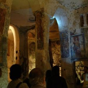 sei-su-immagine-raffigurante-una-visita-alla-cripta-di-santa-lucia-alle-malve